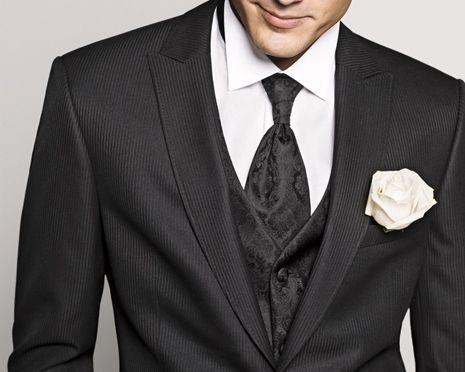 Beispiel: Herrenanzug mit weißer Rose, Foto: Helm exquisit.
