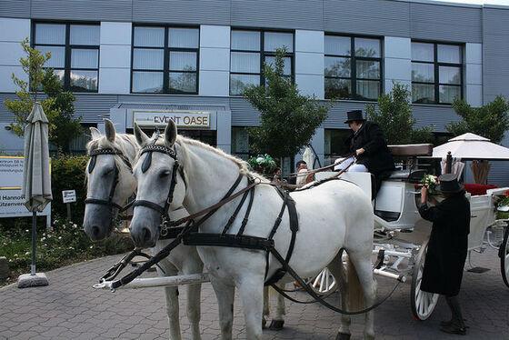 Beispiel: Außenbereich - Hochzeitskutsche, Foto: Eventoase Schützenhaus.