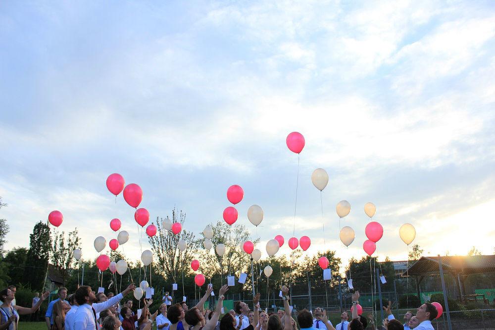 Beispiel: Außenbereich - aufsteigende Luftballons, Foto: Restaurant Zur Tennisterrasse.
