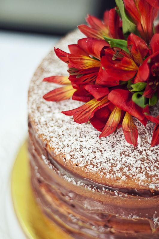 Naked Cake de Baunilha recheio de brigadeiro escuro.