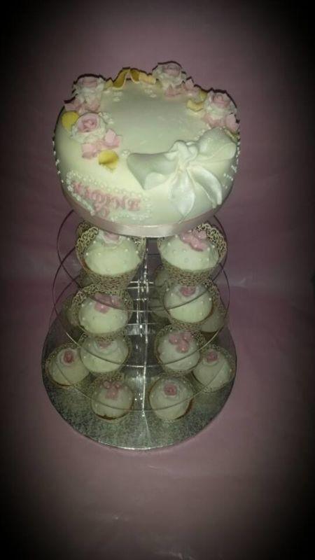 Cupcakestower. Die Cupcakes in diversen Geschmacksrichtungen und einer feinsten Torte als Abrundung.