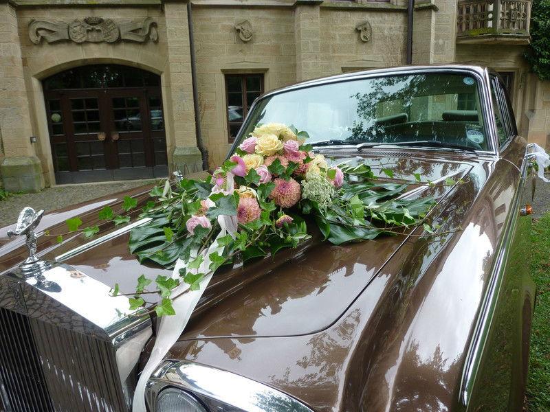 Beispiel: Hochzeitsauto mit Blumenschmuck, Foto: Royal Chauffer.
