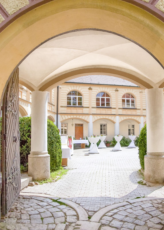 Blick in den Schlossinnenhof durch den Schlossbogen