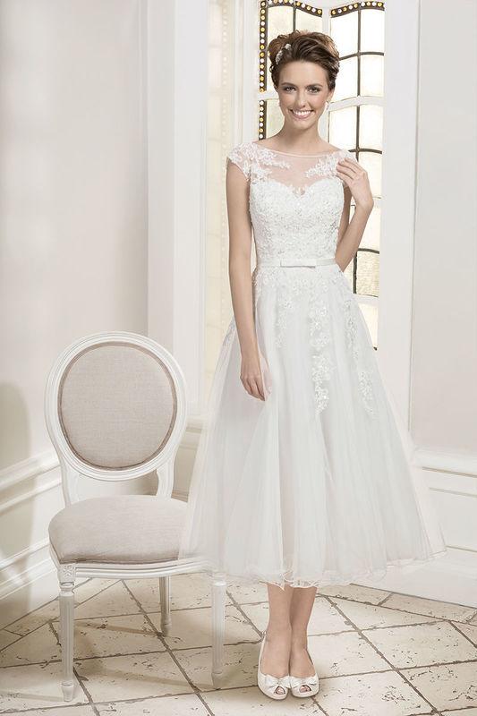 Beispiel: Brautkleid mit Herzausschnitt und feiner Spitze am Halsausschnitt, Foto: Kleemeier.