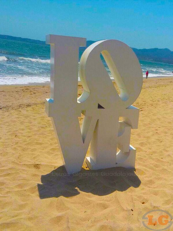 Si tu evento es en la playa, dale un toque único y especial. Renta LETRAS GIGANTES