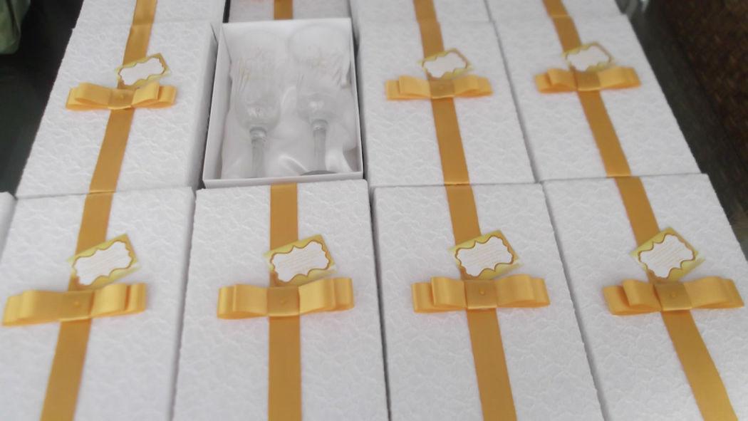 caixas em renda com taças personalizadas em ouro. Paulinia