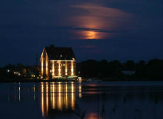 Beispiel: Außenansicht bei Nacht, Foto: Hotel Speicher am Ziegelsee.