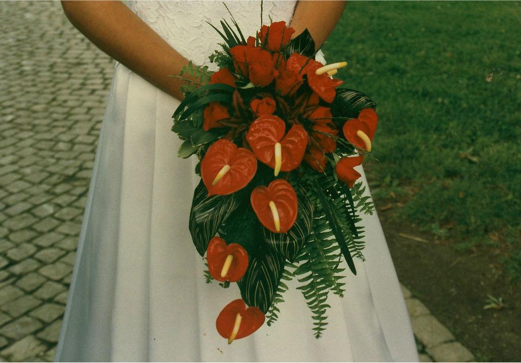 Beispiel: Brautstrauß in rot/orange, Foto: Hotz Gärtnerei.