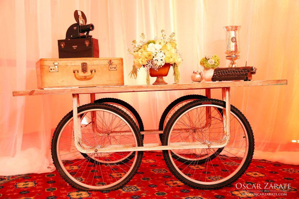Nuestras mesas de ruedas funcionan como un display espectacular para bebidas, pasteles o mesas de dulces.