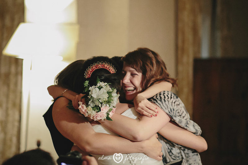 Boda Irene & Iñaki, Alma Fotografía Entrega de ramo a amigas