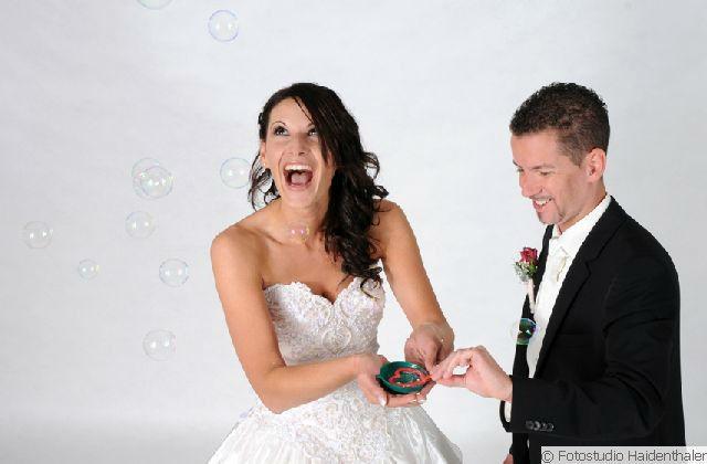 Beispiel: Witzige Fotos von Ihrer Hochzeit, Foto: Fotostudio Haidenthaler.