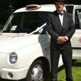 Met chauffeur als Engelse gentleman in donker pak en bolhoed
