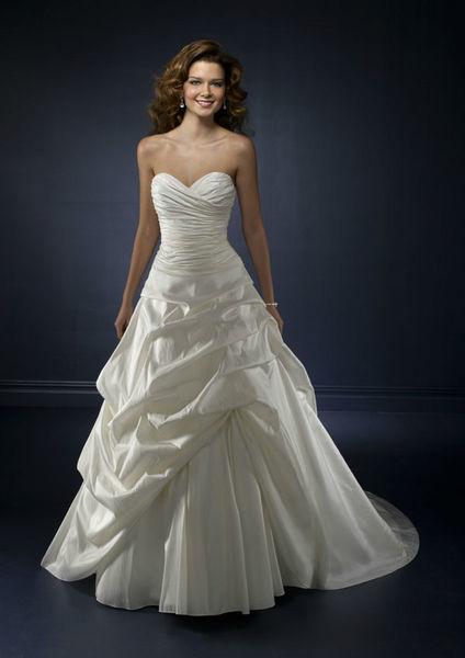 Beispiel: Elegante Kleider für die Braut, Foto: Braut-Atelier 09.