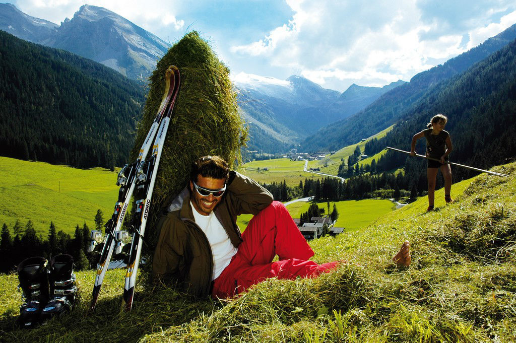 Foto: Skifahrer in roter Skihose