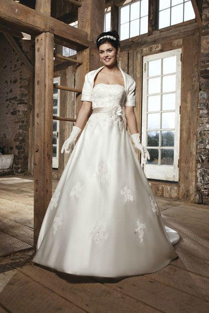 Beispiel: Trägerloses Brautkleid mit passenden Accessoires, Foto: Brautatelier Tara.