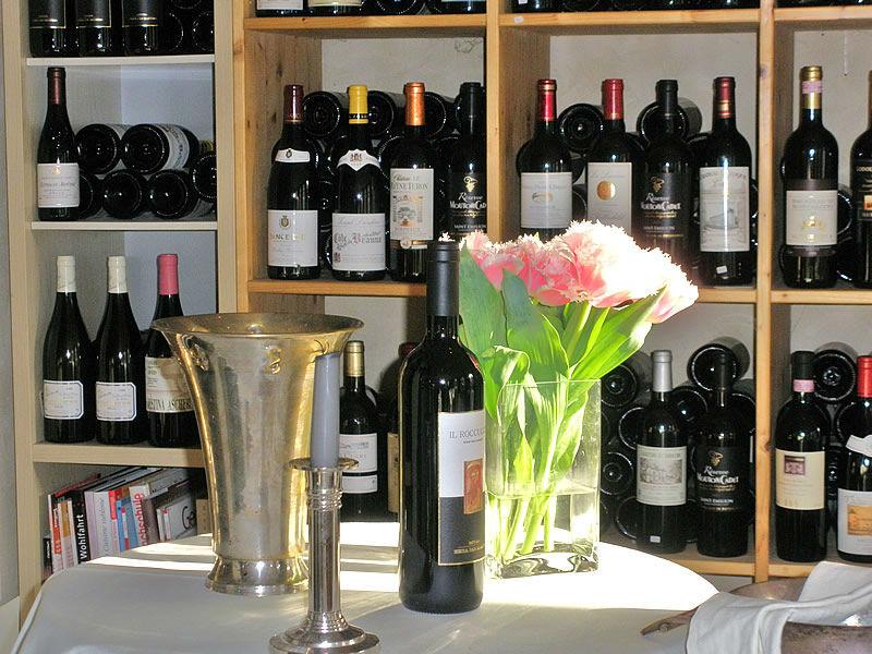 Beispiel: Weinregal, Foto: Restaurant Weinstein.