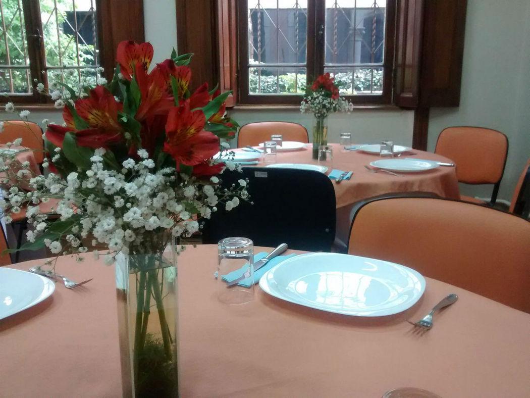 Mesas para almoço área interna