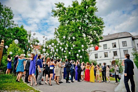 Beispiel: Hochzeitsgesellschaft auf dem Schlossgelände, Foto: Schloss Pertenstein.