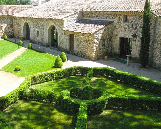 Notre jardin à la française vu de dessus, porte d'entrée à côté du cyprès