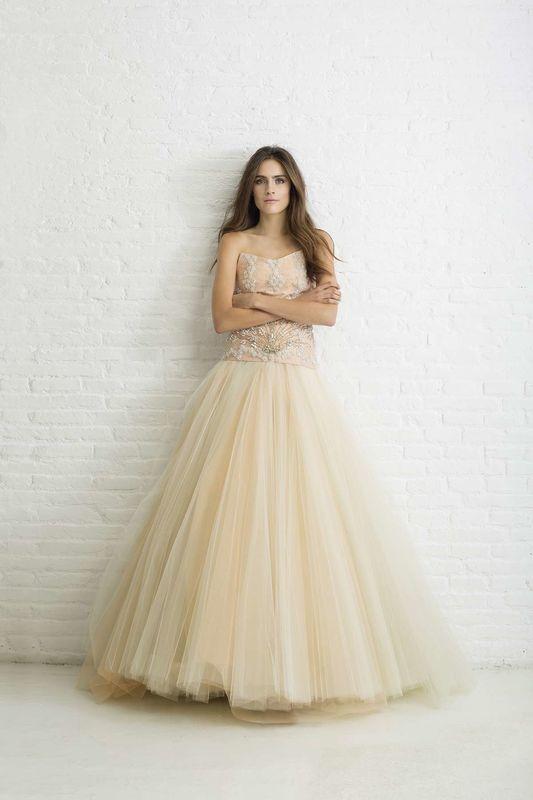 MELODIE. Vestido de novia palabra de honor realizado el cuerpo con pedrería y falda con varias capas de tul y diferente color.