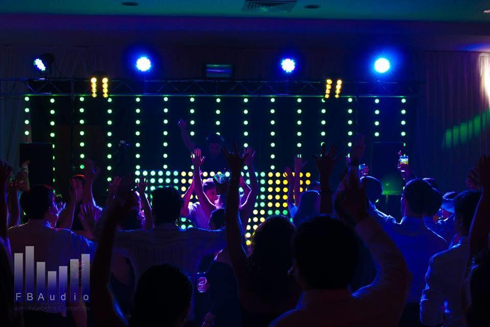 Montaje para fiestas. Cortina LED RGB y Panel LED para DJ RGB