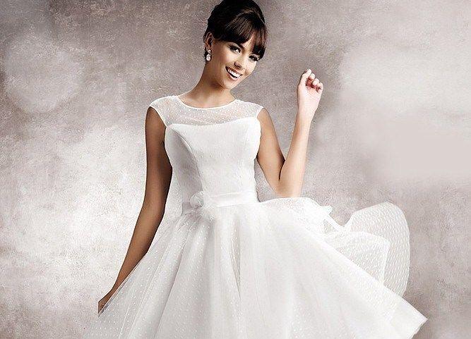 Beispiel: Brautkleider, Foto: Landau Brautmode.
