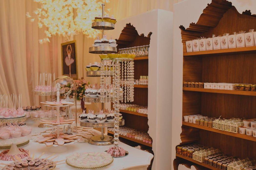 Detalles con Ángel Eventos   (Montajes y decoraciones para mesas de confitería; bases con pastelitos, envolturas personalizadas con frascos, cajitas)