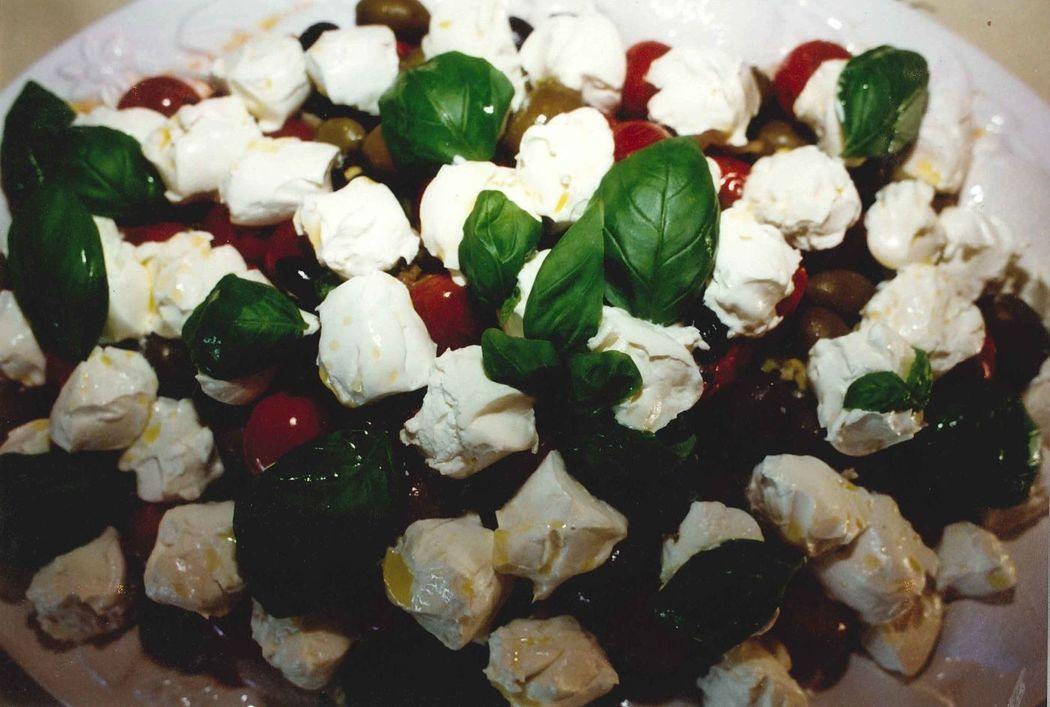 Marinierte Joghurtbällchen mit Kapernäpfeln, Basilikum und Kirschtomaten