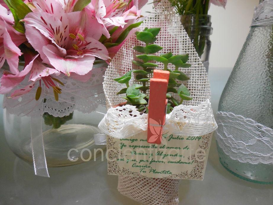 Planta Suculenta en maceta de arcilla, decorada con yute, blonda y aplique de madera. Recuerdo de boda, shower.