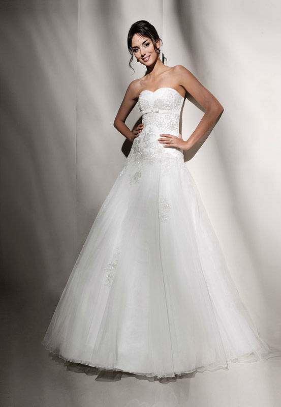 Beispiel: Trägerloses Brautkleid, Foto: Brautstudio Schak.