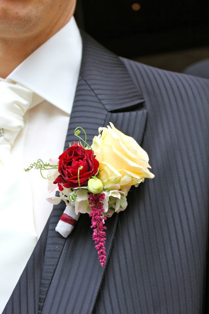Beispiel: Anstecker für den Bräutigam, Foto: Hochzeitsblumen.ch.