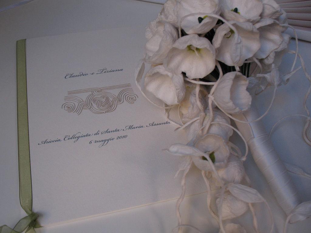 Libretto cerimonia di nozze religiosa. Antico fregio marmoreo romano. Bouquet bio