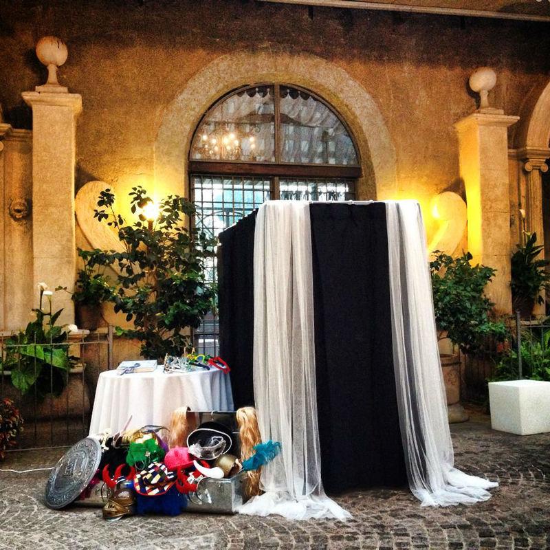 Photobooth di Alessandro Zingone - Fotoreporter di matrimonio: servizi fotografici e cabina photobooth. Alcune maschere tipo carnevale e dettaglio della cabina al castello di Tor Crescenza a Roma.