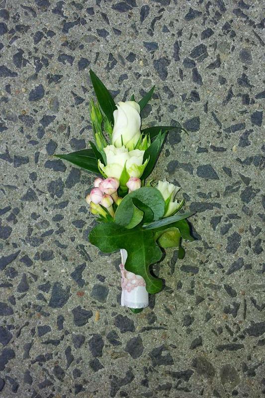 Beispiel: Anstecker für den Bräutigam, Foto: Blumenstube Babelsberg.