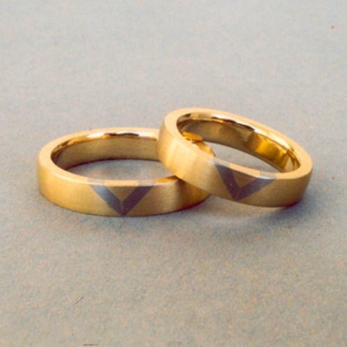 Beispiel: Goldener Trauring mit silbernen Details, Foto: Goldschmiedepunkt.