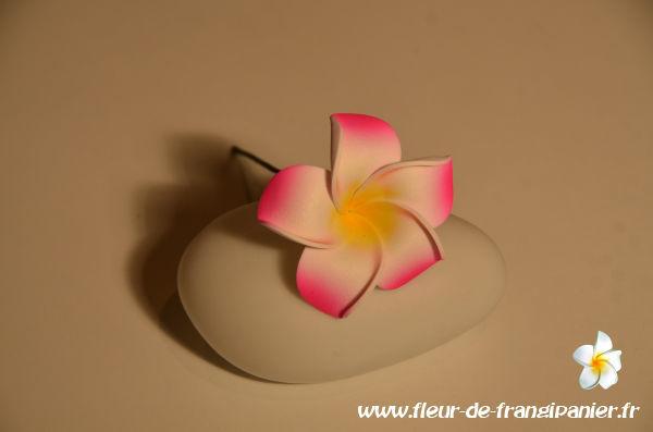 Fleur à piquer de 7 cm montée sur une tige de 12 cm. Nombreux coloris disponibles.