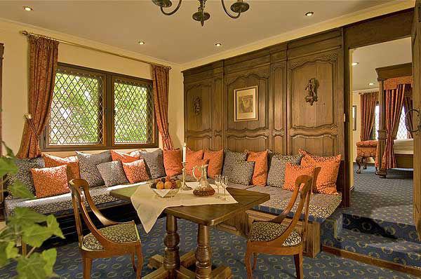 Beispiel: Wohnzimmer in der Hochzeitssuite, Foto: Burghotel Auf Schönburg.