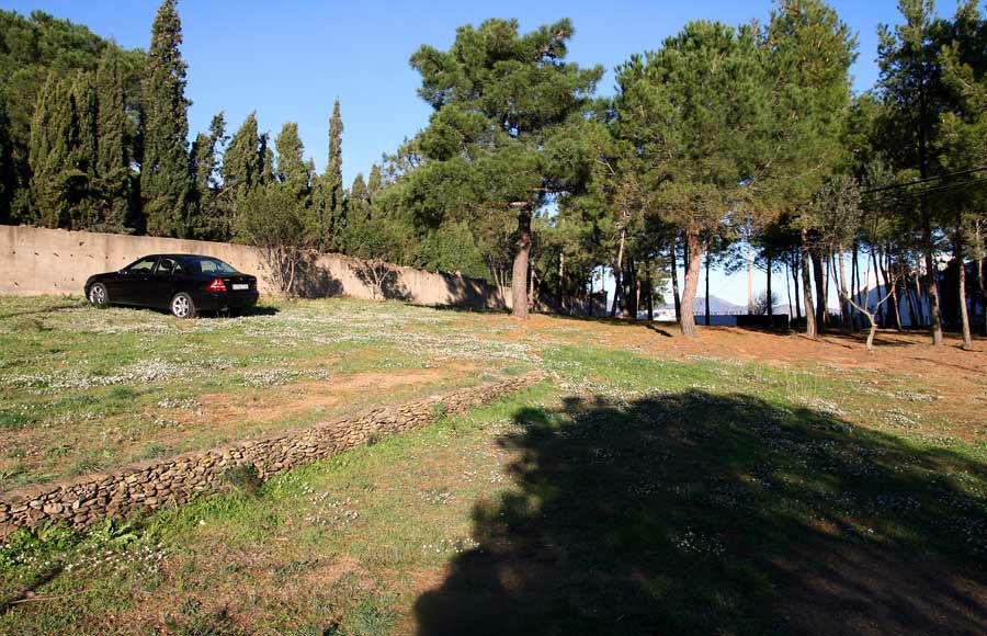 El parking se localiza en la parte de atrás de la finca con acceso directo desde la carretera.
