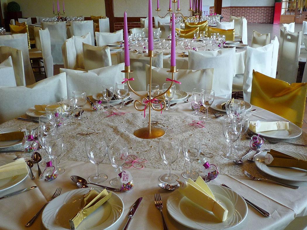 Détail d'une table, chandelier or, décoration or, fuchsia et ivoire;