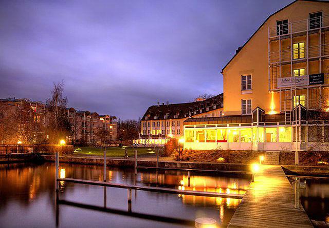 Beispiel: Außenansicht beleuchtet, Foto: Seehotel Zeuthen.