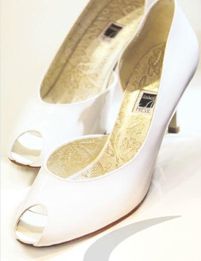 Beispiel: Traumhafte Brautschuhe, Foto: Schuh Hiegl.