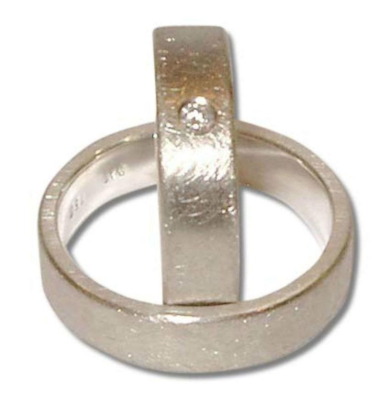 Beispiel: Trauring in Silber mit Diamanteneinfassung, Foto: Casa Amberes.