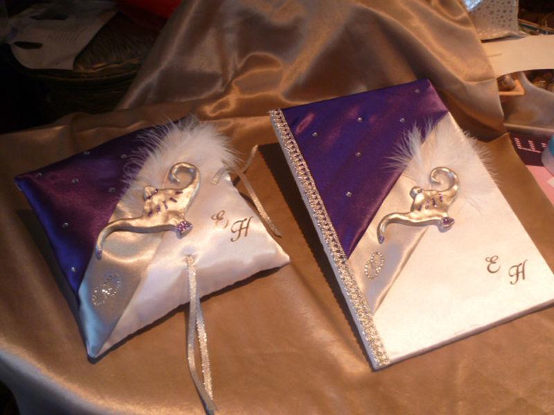 Livre d'or et coussin thème MILLE ET UNE NUITS, satin blanc argent et violet, déco LAMPE ALADIN