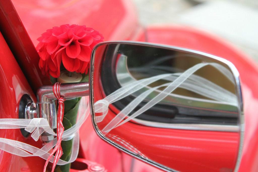 Beispiel: Blumenschmuck am Außenspiegel des Hochzeitsautos, Foto: Die Blume Gengenbach.