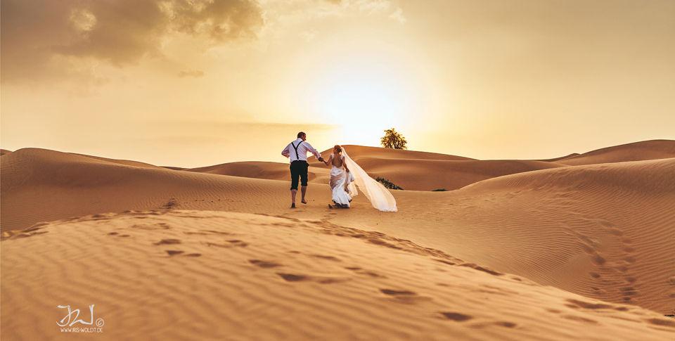After Wedding Shooting in Dubai, Shooting in der Wüste, Hochzeit in Dubai, Hochzeitsfotografie Iris Woldt Dubai, roter Wüstensand, Brautpaar Dubai, Hochzeitsfotografie Berlin  & Brandenburg,  Weltweit, Wüstenshooting, langer Brautschleier, Hochzeitsfotograf Barnim