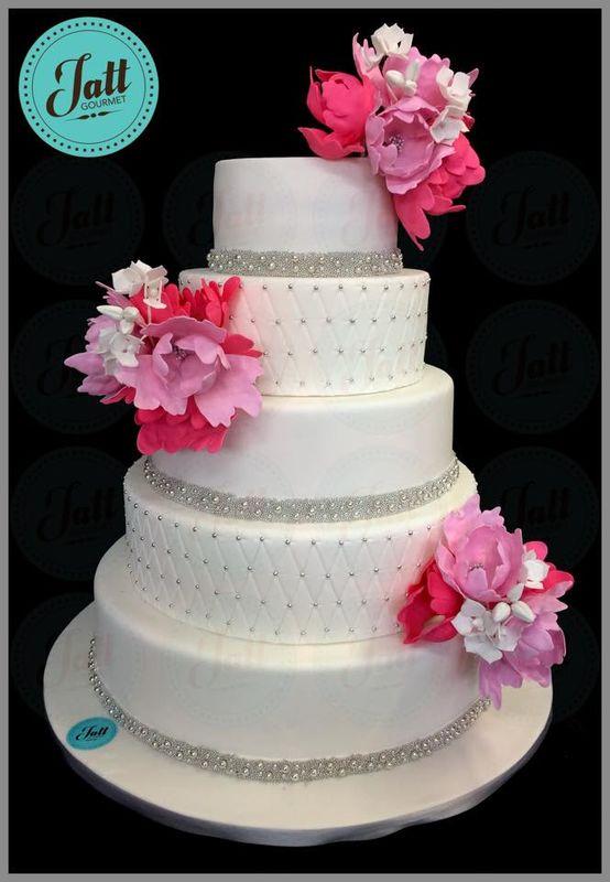 Pastel de bodas para 250 personas, decorado con perlas comestibles y flores de azucar.