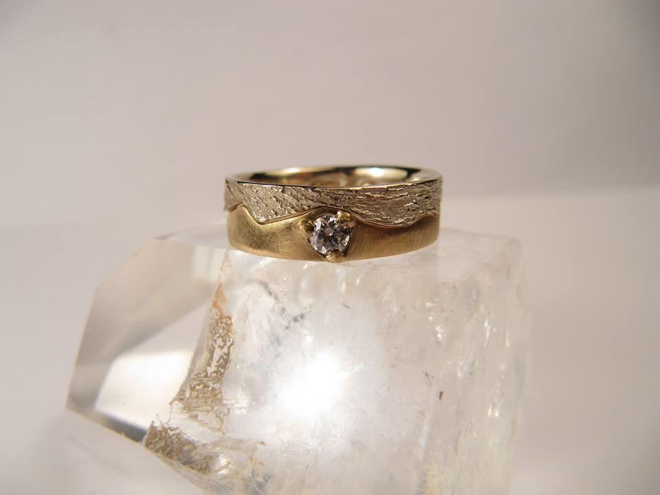 Alliance de mariage Onde qui relie or jaune brossé et Magicien du printemps