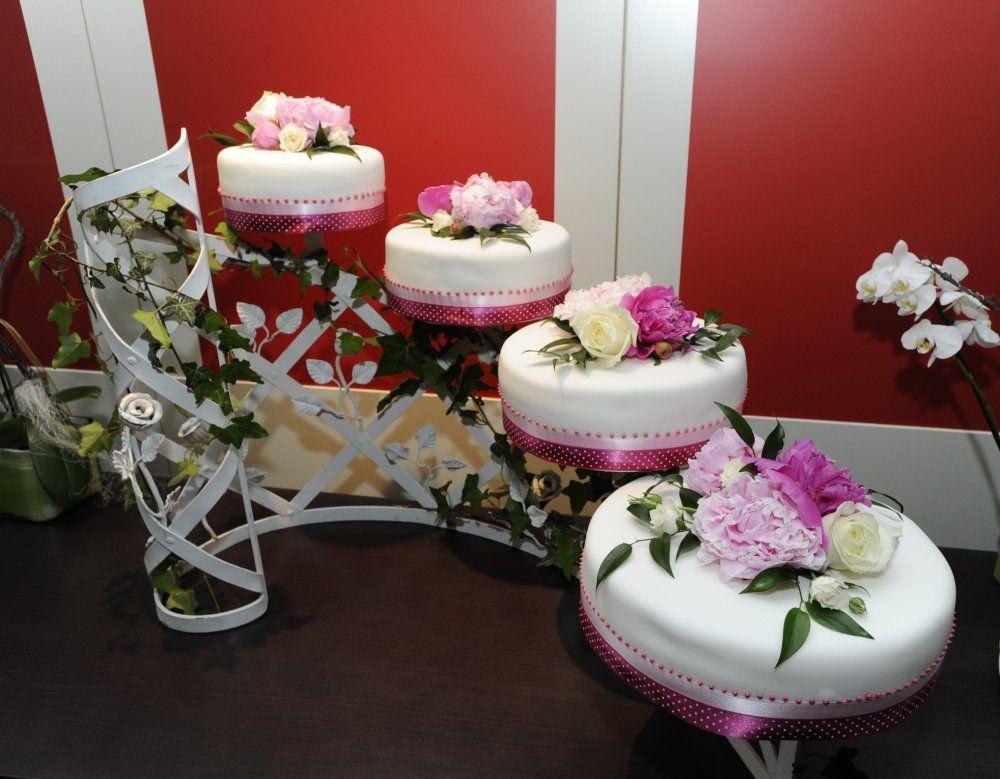 Beispiel: Blumenschmuck für die Hochzeitstorte, Foto: Toifl Blumen.