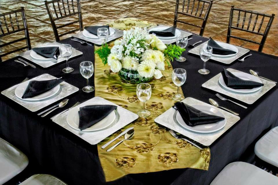 RENTA MANTEL CUADRADO NEGRO RENTA CAMINO DE MESA. Mantel cuadrado negro & camino de mesa en tafeta olivo flores bordadas en tefeta