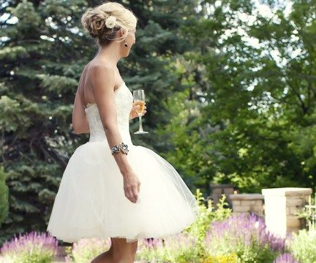 Beispiel: Brautkleid kurz, Foto: Noviamor.